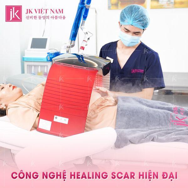 Khách hàng sử dụng dịch vụ trị rạn Healing Scar tại JK Việt Nam