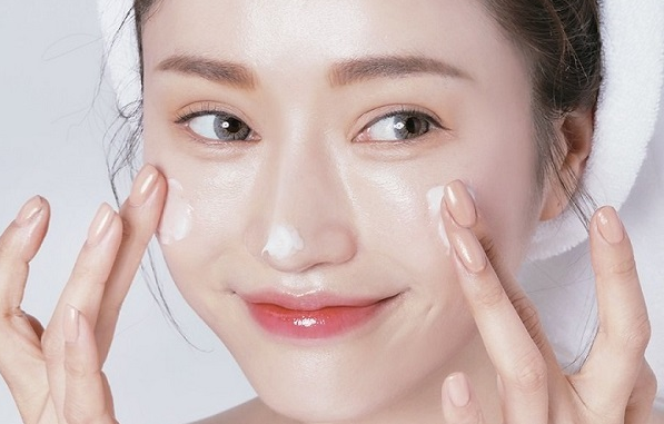 Sử dụng kem dưỡng ẩm giúp da mạnh khỏe sau điều trị