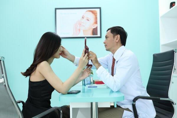 Khách hàng được bác sĩ có chuyên môn cao trực tiếp tư vấn