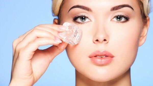 Chườm đá lên vùng mắt giúp giảm sưng đau