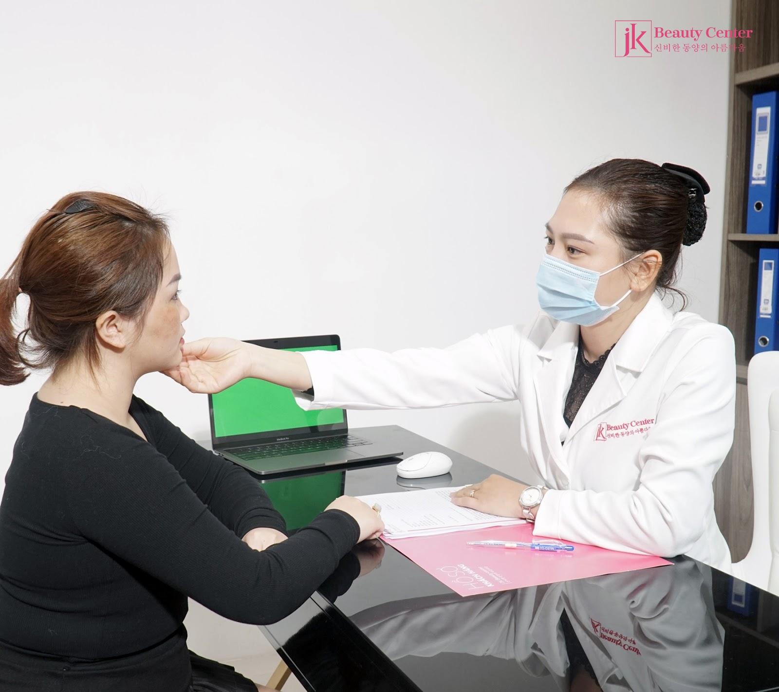Bác sĩ thực hiện thăm khám, tư vấn, tìm giải pháp cho khách hàng khi đến với phòng khám chuyên khoa phẫu thuật tạo hình thẩm mỹ JK Việt Nam