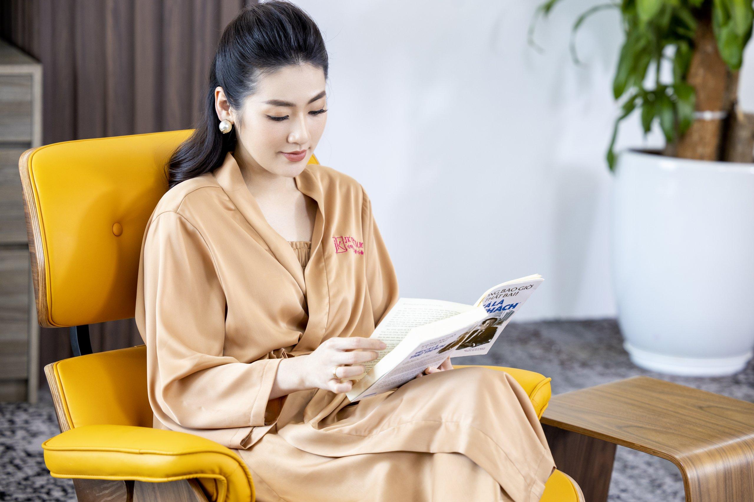 Á hậu Tú Anh tại Phòng khám JK Việt Nam