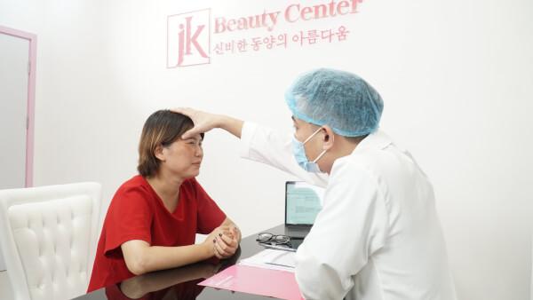 Bác sĩ thăm khám và kiểm tra da khách hàng