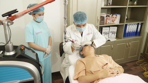 Thực hiện bắn laser trị nám, đồi mồi cho khách hàng tại Phòng khám JK Việt Nam
