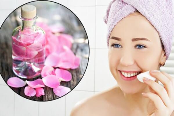 Nước hoa hồng giúp cân bằng da và cũng là một cách giảm thâm sạm