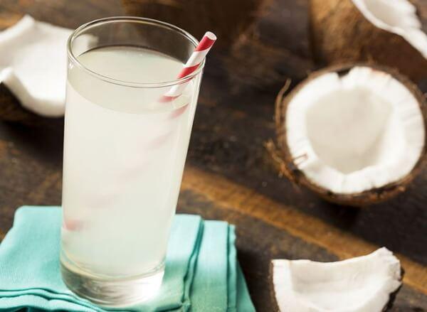 Uống nước dừa cùng với bôi dầu dừa lên môi xăm là cách chăm sóc tốt nhất