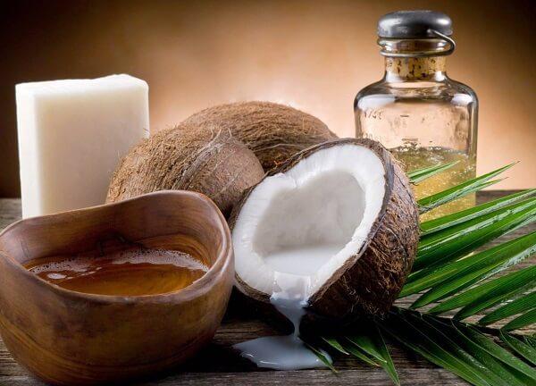 Dưỡng môi xăm bằng dầu dừa nguyên chất