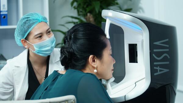 Thực hiện soi da kiểm tra tình trạng da thâm sạm ở cấp độ nào, từ đó lên phác đồ trị liệu riêng