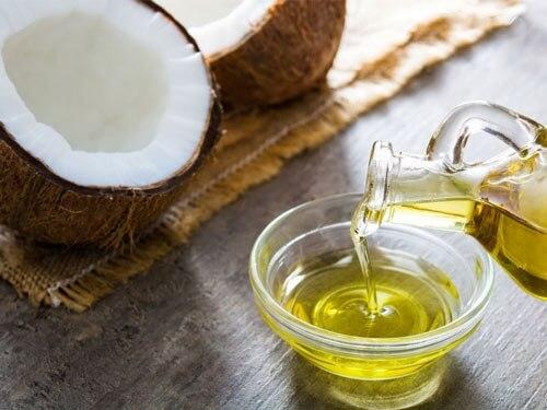 Dầu dừa giàu vitamin và chất chống oxy hóa rất tốt cho môi xăm